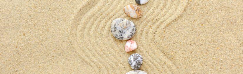 gestreifte Steine auf dem Sand
